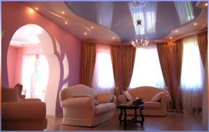 Натяжные потолки в гостиной фото